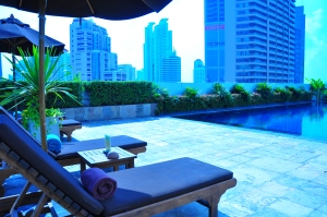 Park Plaza Sukhumvit: Rooftop pool with Bladerunner view